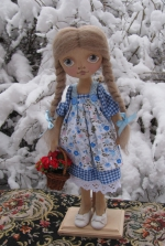 Алиса с корзиной алых роз 33 см
